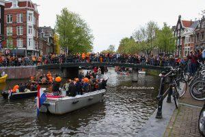 foto van de feestende mensen op de bruggen in Amsterdam