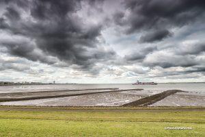 foto van scheepvaart en laag water bij Terneuzen