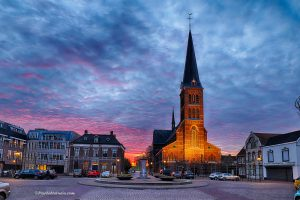 foto van Martk4 en de kerk bij avond in sas van gent