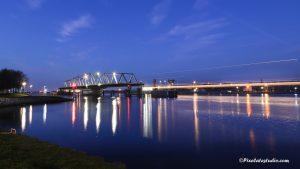 foto van de brug van Sas van Gent, avond foto met verlichting
