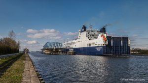 foto van de sluiskilbrug met een groot schip