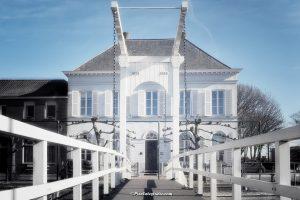 Mooie foto van het oude bruggetje in de jachthaven in Sas van Gent