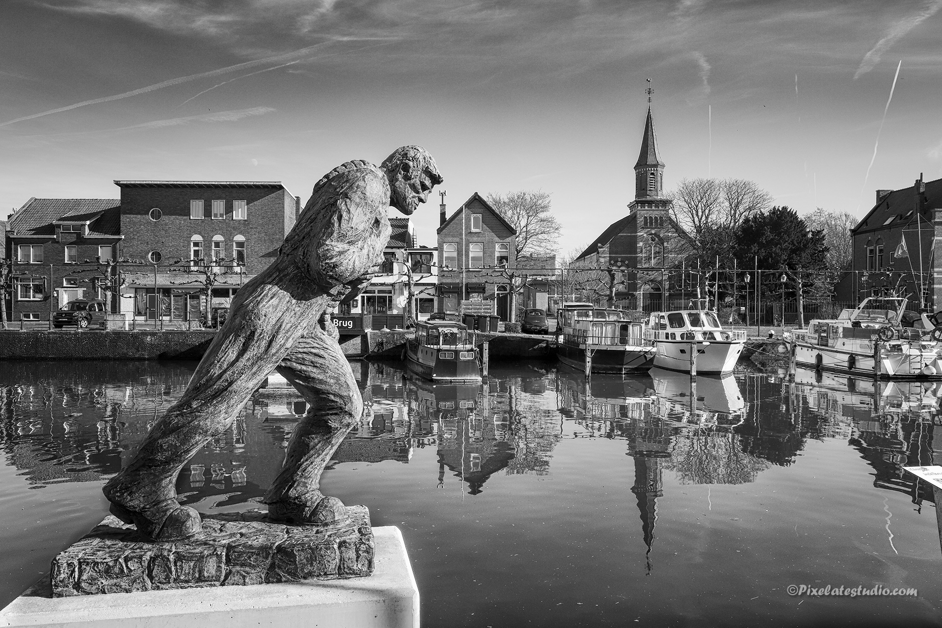 Mooie zwart-wit foto van de schepentrekker in Sas van Gent