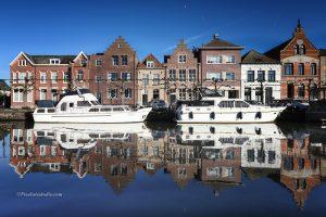 mooie foto van de jachthaven in Sas van Gent, met de herenhuizen mooi in beeld