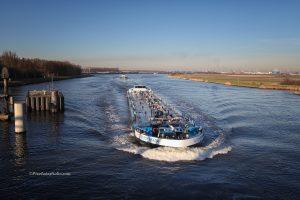 foto van de scheepvaart bij de brug van Sas van Gent