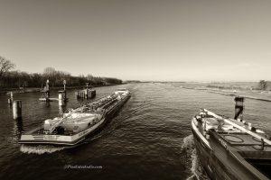 Sepia foto van de scheepvaart bij de brug van Sas van Gent