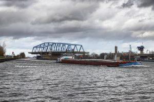foto van de brug van Sluiskil, groot schip vaart door de brug van Sluiskil