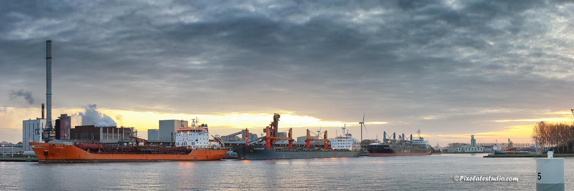 Panorama foto van Yara en het zicht op de kade en de schepen die aan het laden zijn ,vanaf Sluiskil