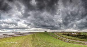 Panorama foto van Terneuzen en het achterland, met dreigende lucht