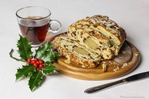 foto van een kerststol met een blaadje hulst, stilleven van een kerststol